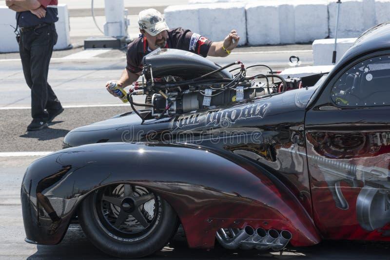 Arrastre competir con al equipo que enciende el coche de la fricción en la pista fotografía de archivo