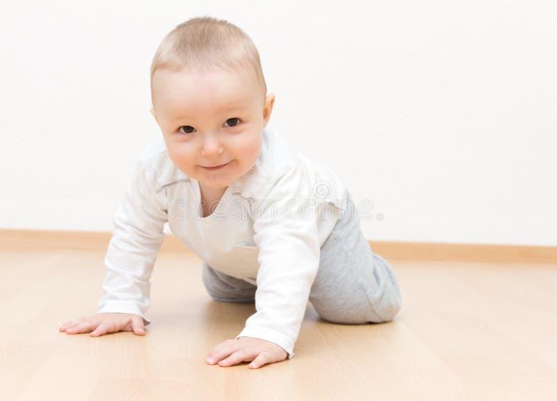 Arrastre feliz del bebé imagen de archivo