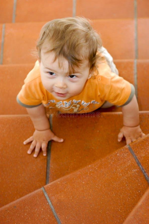 Arrastre masculino del bebé de nueve meses fotos de archivo libres de regalías