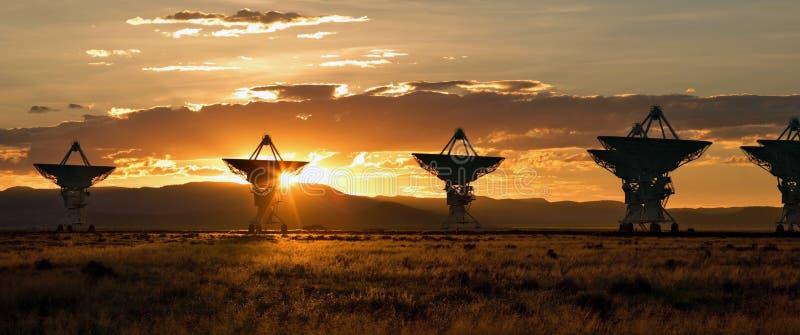 array som stor satellitsolnedgång för disk mycket arkivfoton
