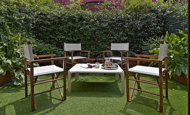 Arredamento per un piccolo giardino nel cortile fotografia for Arredamento stock