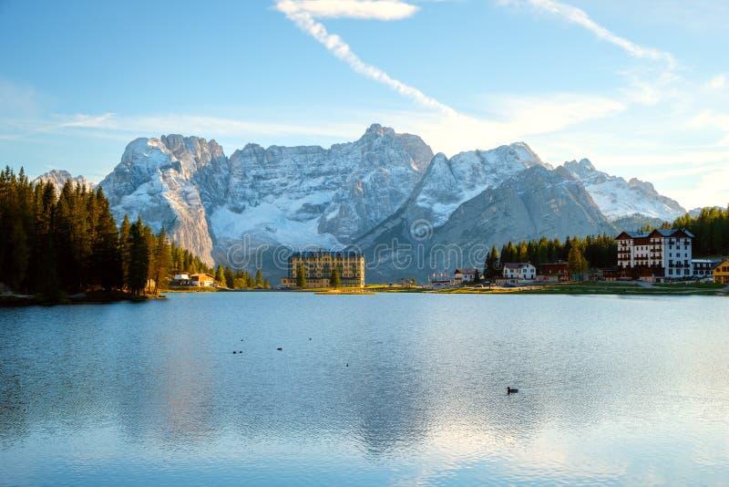 Arredores bonitos do lago Misurina a montanha de Sorapiss do fundo e montanha de Cristallo das dolomites nortes em Itália, foto de stock