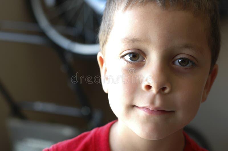 Arreganho do rapaz pequeno fotografia de stock