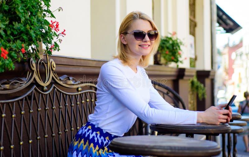 Arregle la cita en red social Concierte la cita La cara sonriente de la mujer con smartphone crea la cita en social foto de archivo
