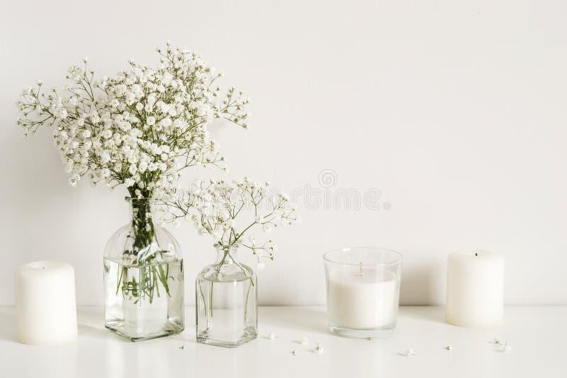 Arreglo blanco de las flores y de las velas de la respiraci?n del beb? Espacio de la copia para poner letras fotos de archivo libres de regalías