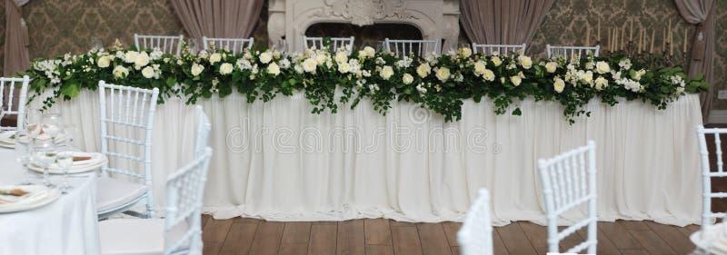 Arreglo blanco y verde hermoso de la decoración de la flor en la tabla de la boda Casarse la decoración nupcial de la flor bander imágenes de archivo libres de regalías