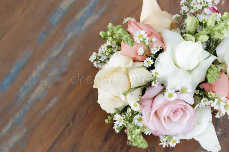 Arreglo de flores en la tabla de madera fotos de archivo