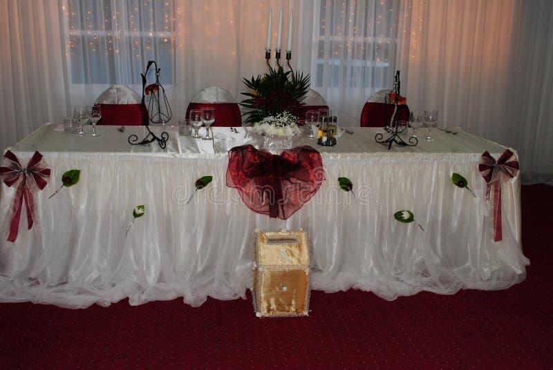 Arreglo de la boda con las sillas blancas y rojas que esperan a huéspedes de g imagen de archivo