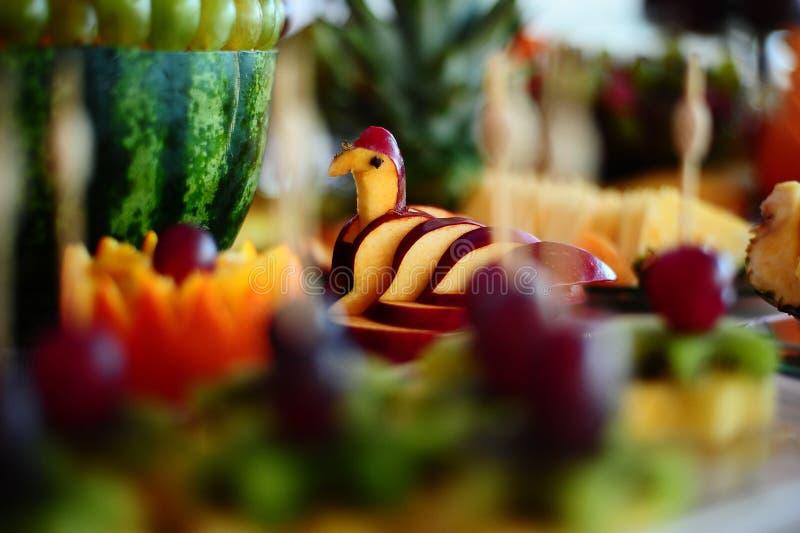 Arreglo de la fruta fresca con la sandía, la manzana y las uvas imagen de archivo libre de regalías