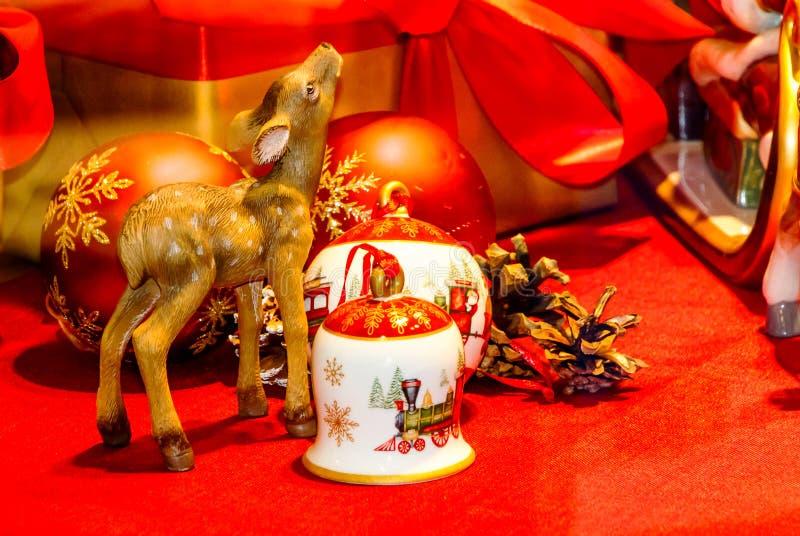 Arreglo de la Navidad con cerámica de la Navidad imagenes de archivo
