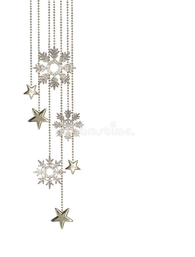 Arreglo de la Navidad con el colgante de las estrellas y de los copos de nieve de plata decorativos del brillo fotografía de archivo