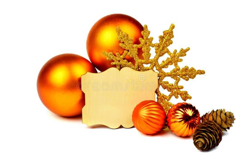 Arreglo de la Navidad con las bolas anaranjadas, conos, marco para su w imagenes de archivo