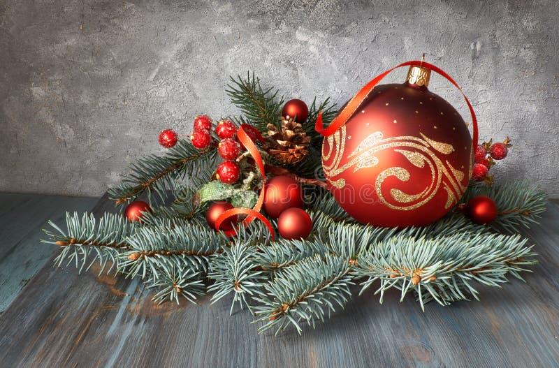 Arreglo de la Navidad con las chucherías, las ramitas del abeto y el berrie helado imagen de archivo libre de regalías