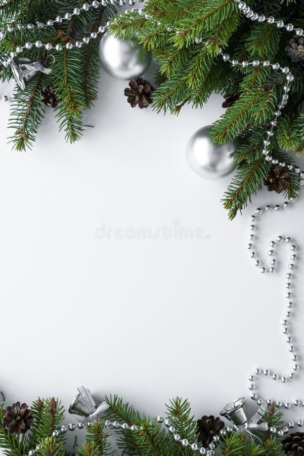 Arreglo de la Navidad con las decoraciones de plata tales como chucherías, cadena y campanas Fondo blanco con los elementos de la imágenes de archivo libres de regalías