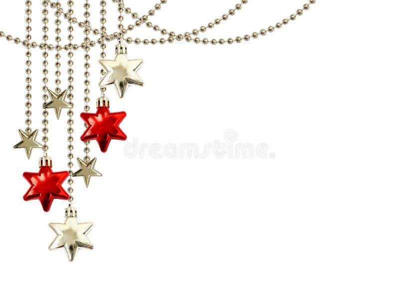 Arreglo de la Navidad con las estrellas rojas de la ejecución y de plata decorativas fotos de archivo