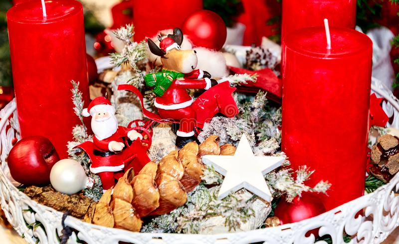 Arreglo de la Navidad con las velas rojas fotografía de archivo