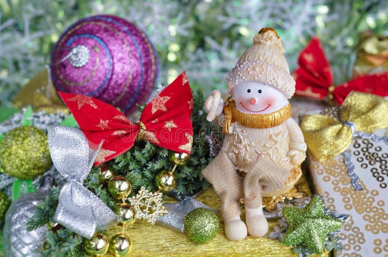 Arreglo de la Navidad Decoraciones alegres del muñeco de nieve y del árbol fotografía de archivo libre de regalías