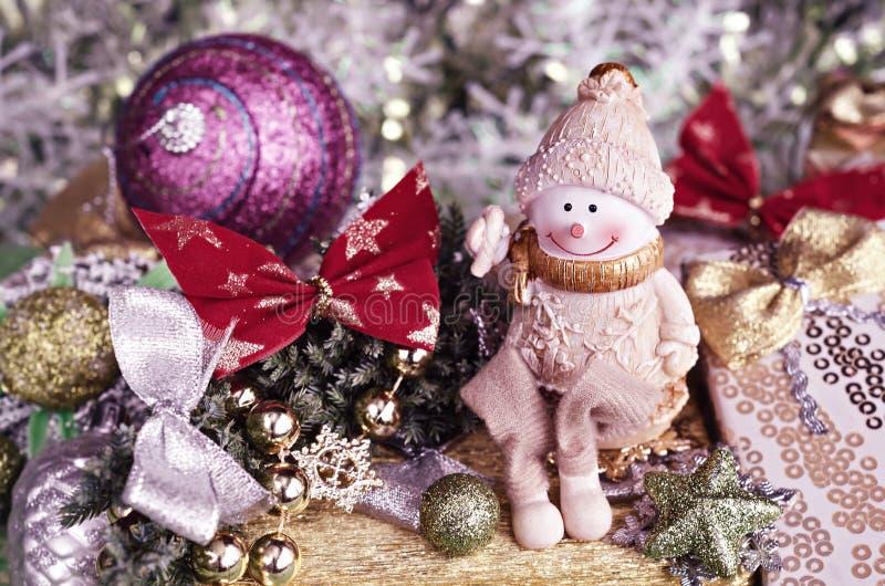 Arreglo de la Navidad Decoraciones alegres del muñeco de nieve y del árbol Teñido en rosa fotografía de archivo libre de regalías