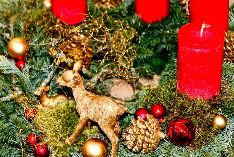 Arreglo de la Navidad en rojo y colores oro fotos de archivo