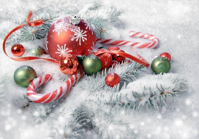Arreglo de la Navidad en rojo y verde en las ramitas u del árbol de navidad fotos de archivo
