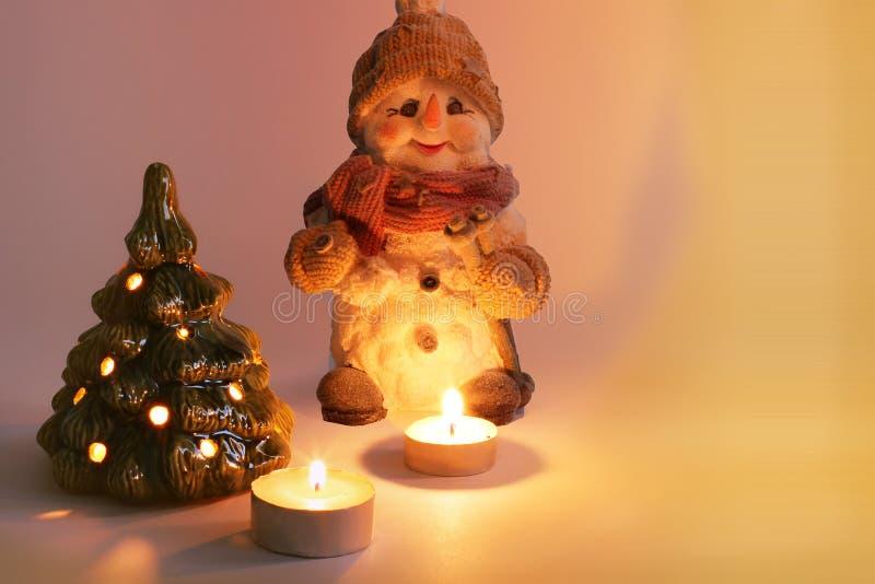 Arreglo de la Navidad Muñeco de nieve, velas y árbol de navidad de la Navidad Velas de quemadura imagenes de archivo