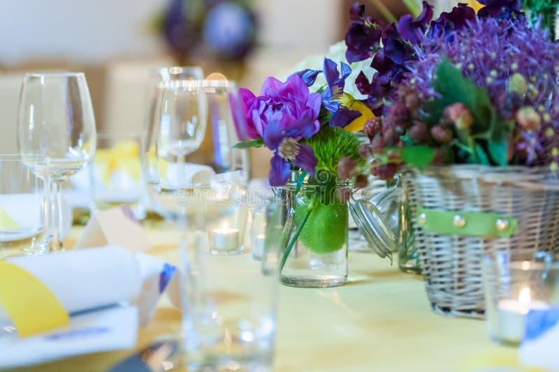 Arreglo de la tabla de cena en restaurante foto de archivo libre de regalías