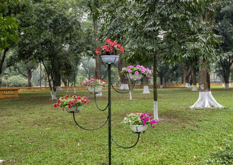 Arreglo de macetas en una escultura de acero como tenedor sobre la base del palacio presidencial de Vietnam foto de archivo libre de regalías