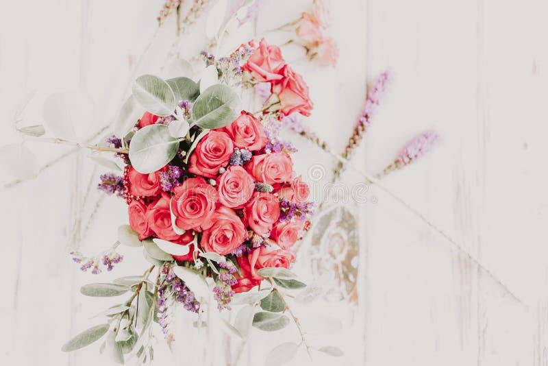 Arreglo de rosas y de claveles rojos foto de archivo