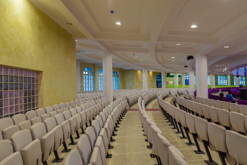 Arreglo del asiento en la planta del nuevo auditorio de una iglesia más profunda Gbagada Lagos Nigeria de la biblia de la vida fotografía de archivo libre de regalías