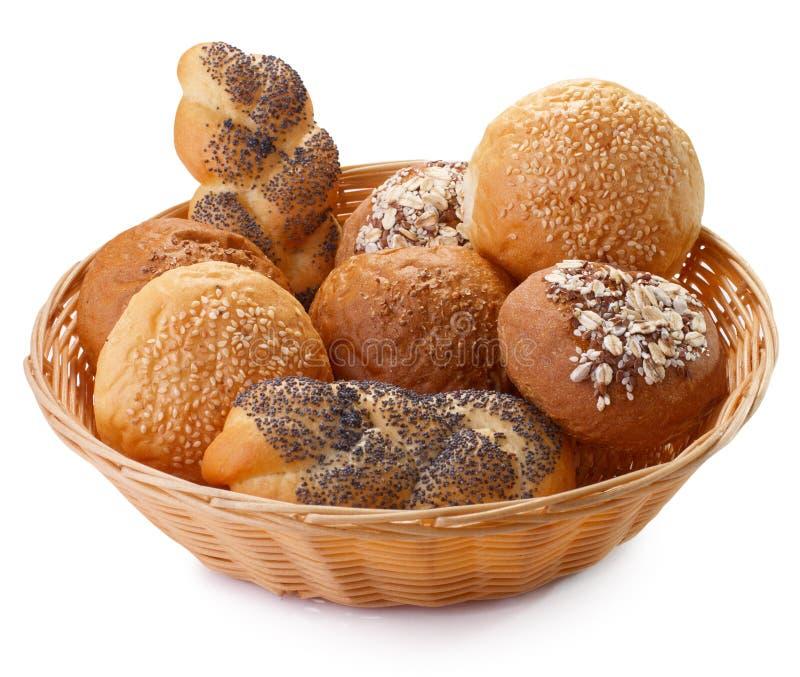 Arreglo del pan en la cesta aislada imagen de archivo