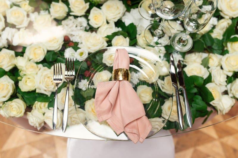 Arreglo elegante de la tabla de la boda, decoración floral, restaurante imagen de archivo