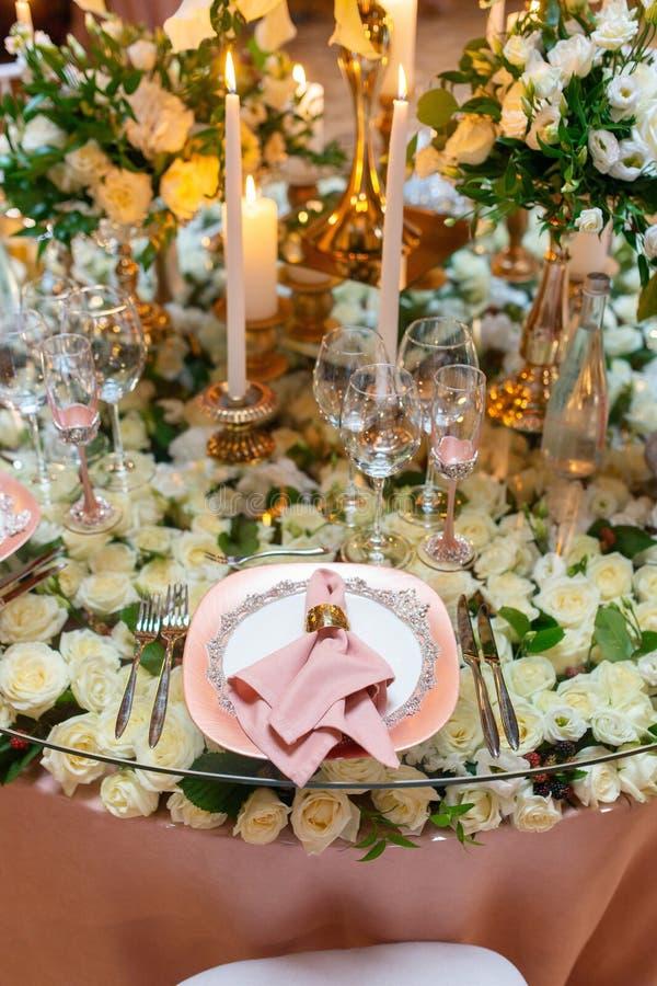 Arreglo elegante de la tabla de la boda, decoración floral, restaurante fotos de archivo libres de regalías
