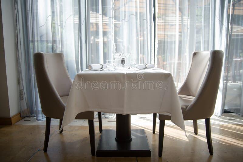 Arreglo elegante de la tabla en restaurante imagen de archivo