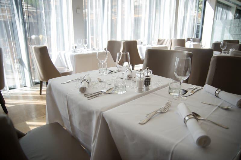 Arreglo elegante de la tabla en restaurante fotografía de archivo