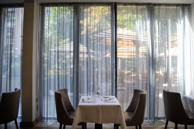 Arreglo elegante de la tabla en restaurante fotos de archivo libres de regalías