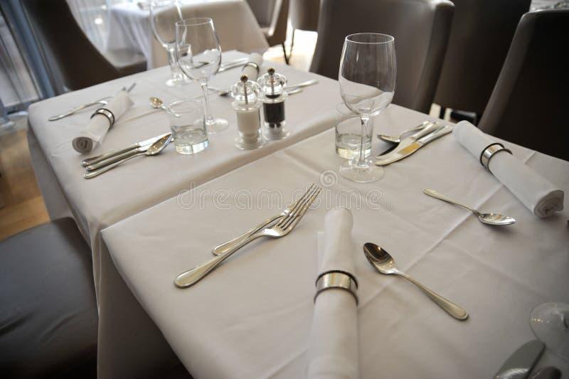 Arreglo elegante de la tabla en restaurante imagen de archivo libre de regalías