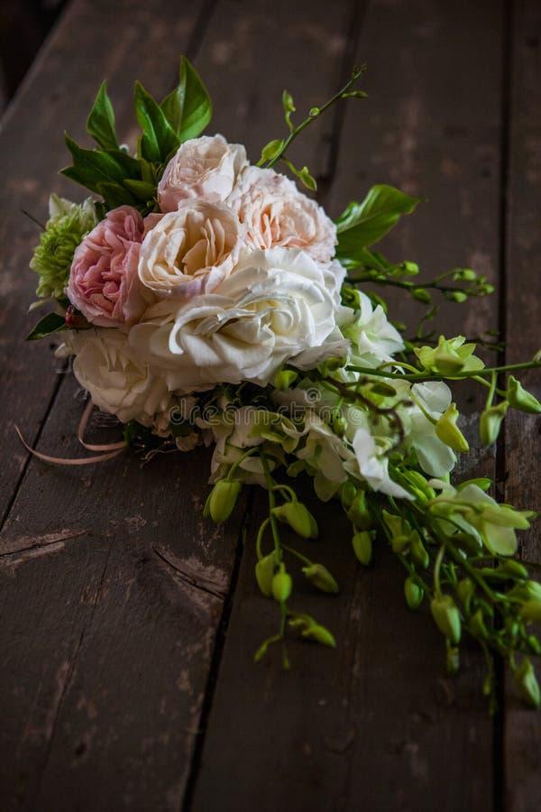 Arreglo elegante, lujoso, hermoso colorido de casarse rosas Un ramo de las novias que se casa fotos de archivo libres de regalías