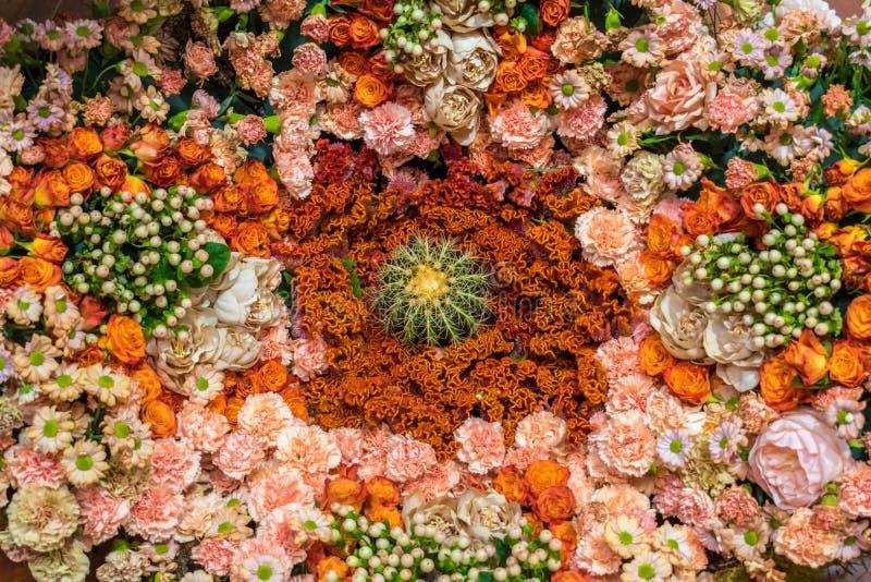 Arreglo floral anaranjado y rosado con el cactus fotografía de archivo libre de regalías