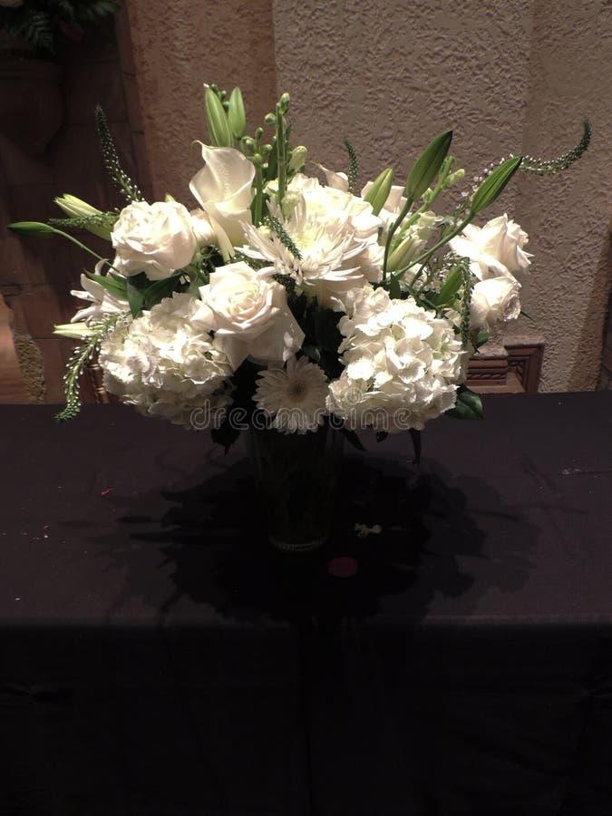 Arreglo floral blanco hermoso fotografía de archivo