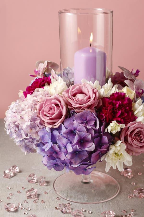 Arreglo floral con las rosas, las peonías y los hortensias imagenes de archivo
