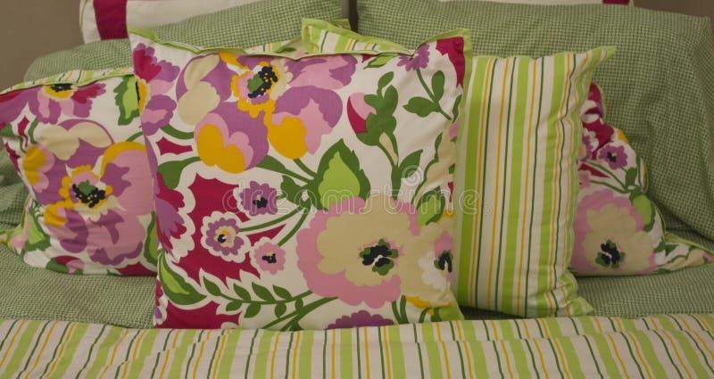 Arreglo floral de la almohadilla de cama imagen de archivo libre de regalías