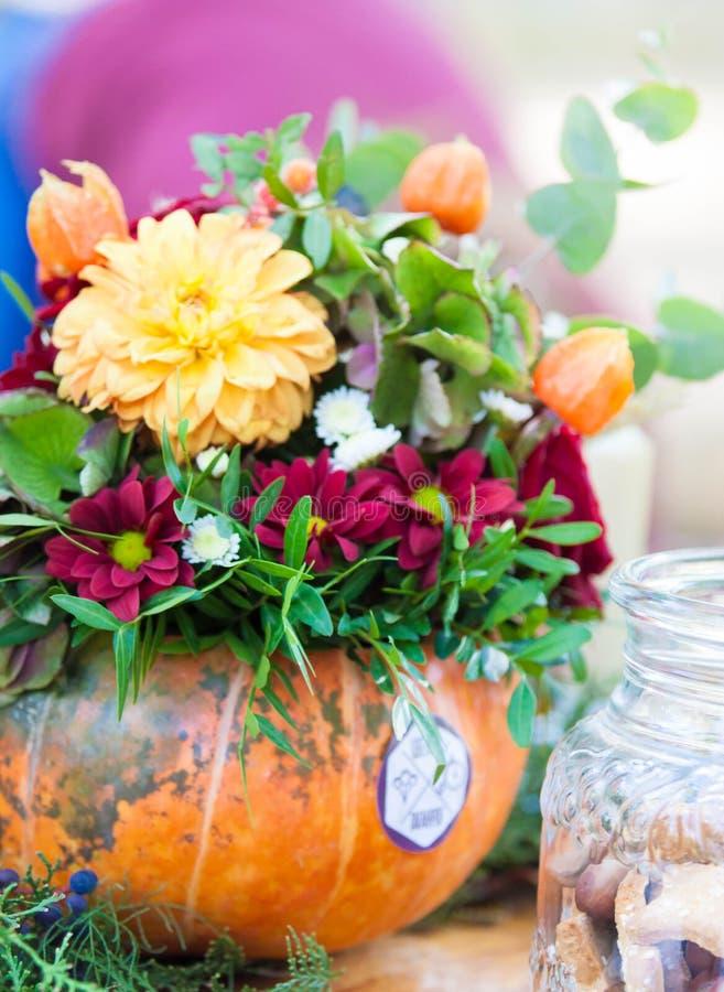 Arreglo floral de la calabaza de otoño fotografía de archivo