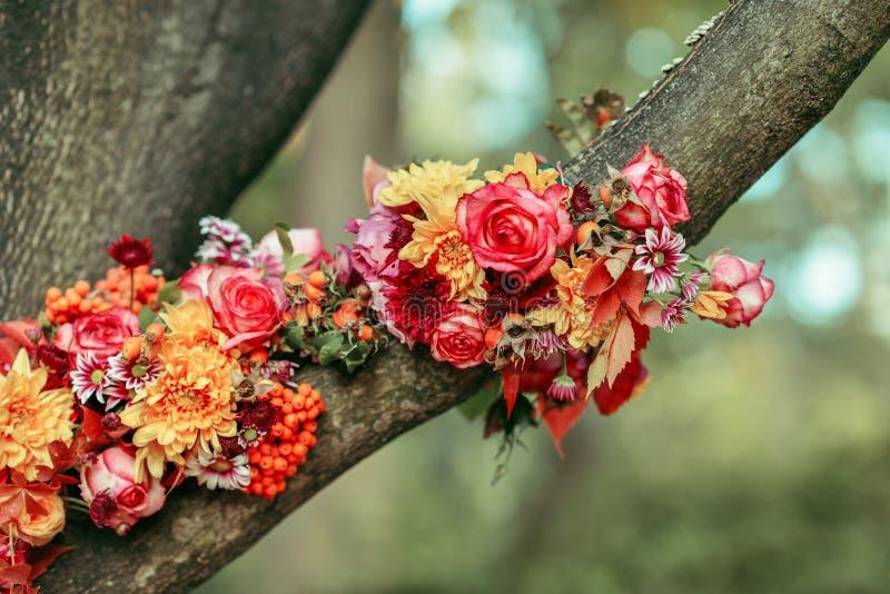 Arreglo floral en el árbol fotos de archivo