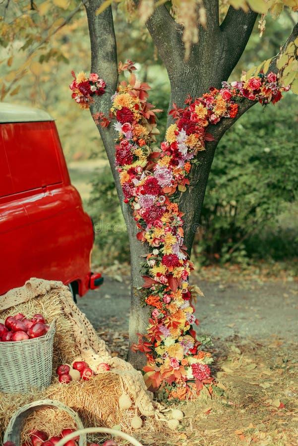 Arreglo floral en el árbol foto de archivo libre de regalías