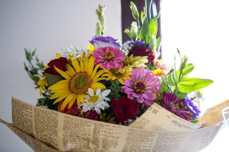 Arreglo floral en un ramo fotos de archivo