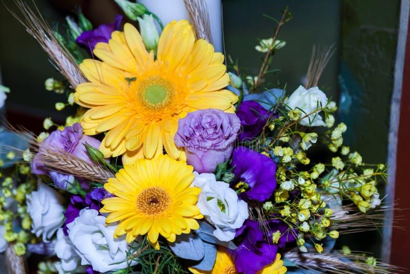 Arreglo floral en un ramo fotografía de archivo libre de regalías