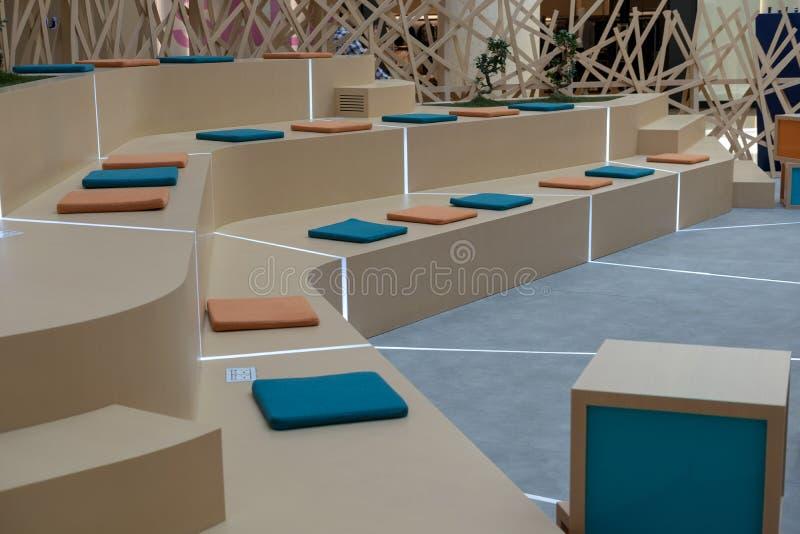 Arreglo moderno del asiento del estilo para la audiencia del seminario imágenes de archivo libres de regalías