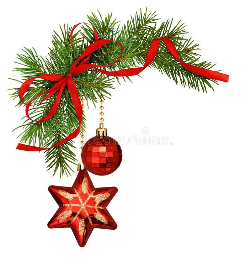Arreglo navideño con ramas de pino, adornos y lazo de seda roja fotografía de archivo