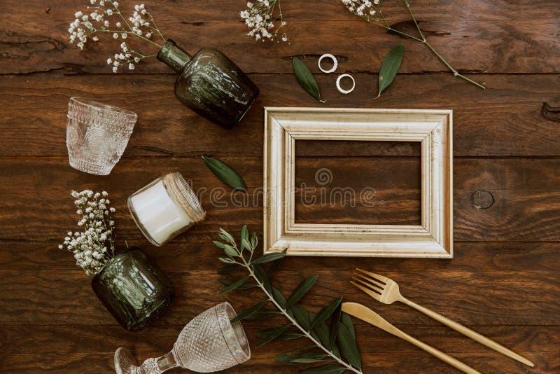 Arreglo plano de la boda de la endecha en fondo de madera fotografía de archivo libre de regalías
