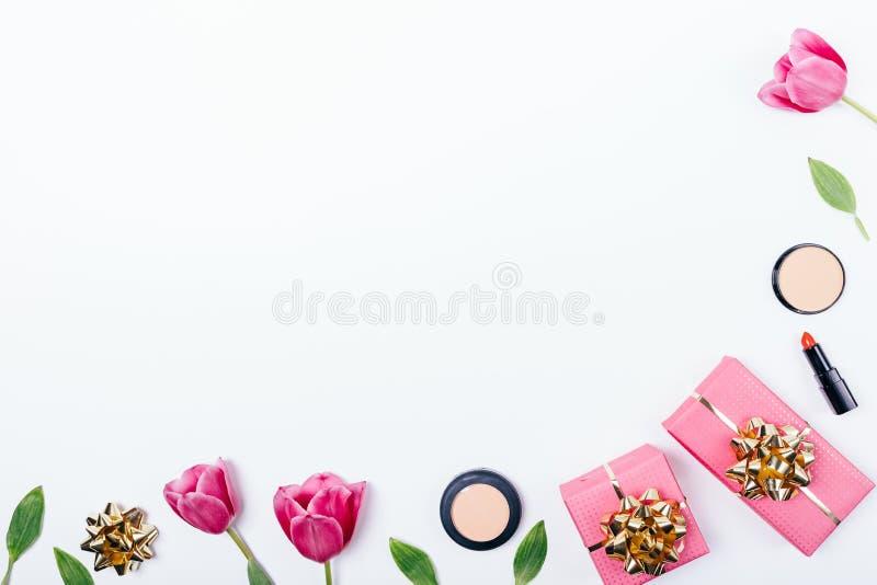 Arreglo puesto plano festivo de los cosméticos de la belleza de las mujeres fotos de archivo